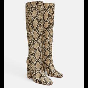 🔥ZARA Heeled Snakeskin Print Boots🔥
